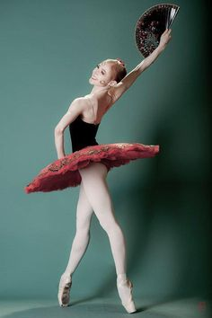 Find images and videos about ballet, ballerina and pointe shoes on We Heart It - the app to get lost in what you love. Ballet Poses, Ballet Tutu, Ballet Dancers, Dance Like No One Is Watching, Just Dance, La Bayadere, Romeo Y Julieta, Russian Ballet, Ballet Photography