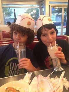 Gaten Matarazzo and Finn Wolfhard from Stranger Things - Unnecessary Stranger Things Have Happened, Cast Stranger Things, Stranger Things Netflix, Photos Rares, Joe Keery, Millie Bobby Brown, Best Shows Ever, Favorite Tv Shows, Favorite Things