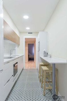 27 Examples to properly design a small kitchen Long Kitchen, Narrow Kitchen, Kitchen Dinning, Little Kitchen, New Kitchen, Kitchen Decor, Apartment Kitchen, Kitchen Interior, Cuisines Design