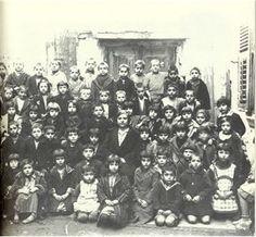 Δημοτικό σχολείο στον Βαρδάρη (1930): 60 μαθητές - 1 δασκάλα School Days, Old School, Greek History, Vintage School, Crete, Nostalgia, The Past, Old Things, 1930