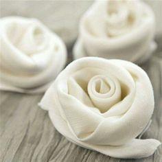 Wow romantische Servietten zur Hochzeit. Wie man Rosen aus Servietten faltet muss ich noch lernen, aber die Idee ist klasse