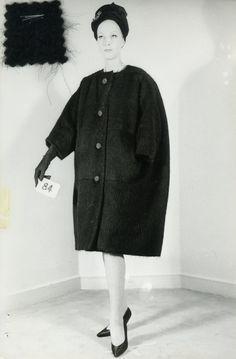 Capa en forma de huevo negro de lana, colección de invierno Balenciaga, 1960.