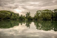 See im Park 02 – Den Park im Norden von Lyon umgibt eine eigentümliche Aura aus Künstlichkeit und Urwald. Die leichte Wellenstruktur, die nicht nur das Wasser, sondern scheinbar auch Bäume und Wolken texturiert, schafft Gemälde-Anmutung. 2014, MD | © www.piqt.de | #PIQT