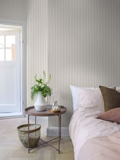 Add a touch of Scandinavian style to your home! Our simple yet stylish Shirt Stripe wallpaper in beige adds an edginess to your interior aesthetic. Linen Stripe Wallpaper, Striped Wallpaper Blue, Grey Floral Wallpaper, Grey And White Wallpaper, Pattern Wallpaper, Burgundy Colour Palette, Color Beige, Wallpaper Display, Brighten Room
