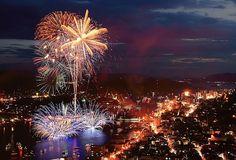 中国地方の空を大小様々な花火が鮮やかに彩ります