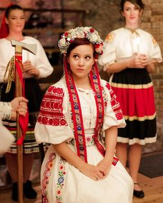 slovak bride Folk Fashion, Ethnic Fashion, Fashion Art, Polish Wedding, Costumes Around The World, Scandinavian Folk Art, Folk Clothing, Beauty Around The World, Folklore