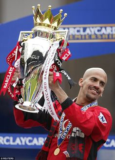 Former Manchester United playmaker Juan Sebastian Veron has come out of retirement to play a season at Argentine club Estudiantes and is donating his wages to a junior team. Manchester United Champions, Manchester United Images, Manchester United Players, Soccer Photography, Professional Football, Man Vs, World Of Sports, Man United, Everton
