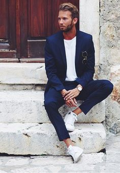 Erik Forsgren Smart Casual Navy Blue Suit, White T-Shirt & Sneakers. Suits And Sneakers, Sneakers Fashion, White Sneakers, Women's Sneakers, Casual Suit, Men Casual, Stylish Men, Casual Shoes, Smoking Azul