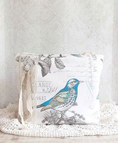 sweet tweet ♥  This stunning bag is made with gorgeous bird themed ivory canvas fabric. The fabric in itself is gorgeous! It features birds,