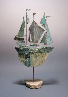 Sono sculture, insiemi di materiali diversi, sfoglie d'argilla, rame, fili metallici e pezzi scomposti di altro.  Creazioni leggere che rich...