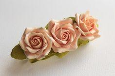 Cheveux barrette polymer clay fleur trois roses par FloraAkkerman