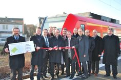 Symbolisch wird von den beteiligten Projektpartnern das rote Band durchgeschnitten. Die Strecke ist offiziell eröffnet!