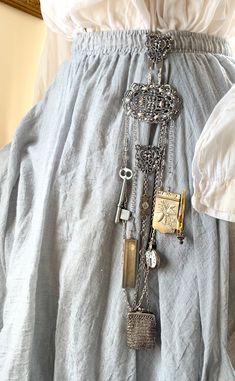 Vintage Fashion 1950s, Edwardian Fashion, Neck Chain, Assemblage, Fashion History, Victorian Era, Vintage Outfits, Creations, Boho
