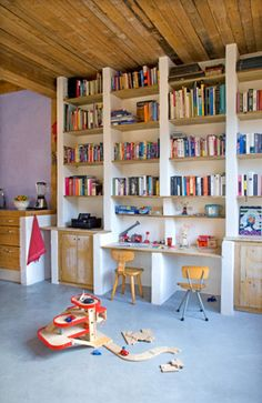 Built in bookshelves made with gasbeton and pine shelves.