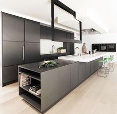 Zwart keuken met wit blad.