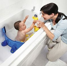 Parents of young children WANT a smaller bathtub so they don't waste water! A bathtub divider saves water and eliminates the need for a bulky baby tub. Futur Parents, New Parents, Young Parents, Bebe Love, Nouveaux Parents, Baby Tub, Future Maman, Baby Health, Everything Baby