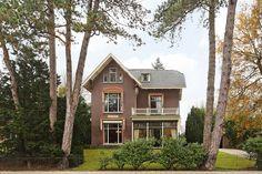 #Villa Eikenhof is een op een binnenduin gelegen vrijstaande villa, ontworpen in 1899 door de bekende Haarlemse architect Jacob van den Ban.  In 1996 is de villa stijlvol verbouwd. De villa ligt op een zeer ruime kavel van 1360m2 met een grote, volledig privacy biedende achtertuin. De grote, vrijstaande garage (40m2) tevens geschikt voor kantoor, atelier of praktijkruimte. http://www.vanwonderen.nl/objecten/herenweg-60-heemstede/