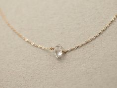 Unsere atemberaubende, einfache Herkimer-Diamant-Halskette fügt einen eleganten Hauch von Glamour. Die schöne, echte Crystal knüpft direkt in die zarten Gold oder Silber Kette für eine optimierte, minimal-Look.  Kette: zarte Herkimer Diamant  -Echte Herkimer Quarz - jeder natürlichen Kristall ist etwas anders -Zarte Füllung für 14 k gold oder Sterling silber Kette, Komponenten und Erkenntnisse. -Bei 16 im Modell gezeigt -Auch schön gestufte mit anderen Stücken aus meinem Shop! -Kommt in…