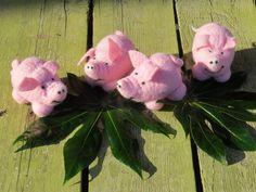 Glück verschenken mit 2 Glücksschweinchen aus Filz von Sonja Sonnenschein auf DaWanda.com