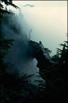 Washington, 1963. Excursionistas posam perto do topo de uma ponte de pedra natural no Monte Rainier.
