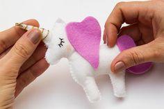 Diy home. diy unicorn baby mobile for nursery Cool Baby, Baby Nursery Diy, Baby Room Diy, Diy Baby, Baby Crafts, Felt Crafts, Diy Unicorn Headband, Unicorn Mobile, Diy Accessoires