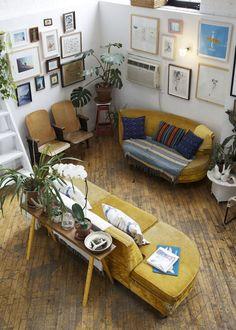 mellow yellow couch situation - patchwork de cadres et de tableaux aux murs - canapés vintage jaune moutarde