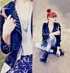 Love the leggings, stunning neckless and rockin' leather jacket!!
