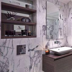 Lyxigt badrum med italiensk marmor på väggarna. Värms upp med hjälp av det bruna trävirket