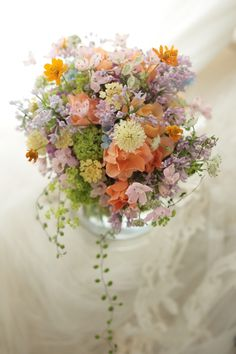 クラッチブーケ キバナコスモスとライラック リストランテASO様へ : 一会 ウエディングの花
