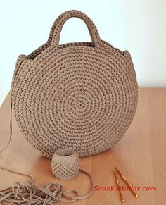 Crochet or crochet round woven bag.-Bolsa tejida en redondo en ganchillo o crochet. Crochet or crochet round woven bag. Crochet Handbags, Crochet Purses, Crochet Bags, Crochet Diy, Crochet Crafts, Crochet Ideas, Simple Crochet, Chunky Crochet, Crochet Round