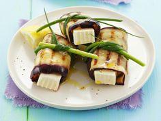 Perfektes Grill-Paket: Gegrillte Aubergine mit Schafskäse | Zeit: 25 Min. | http://eatsmarter.de/rezepte/gegrillte-aubergine-mit-schafskaese