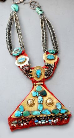 Saudi Arabian earring converted into a necklace. Gold and turquoise, via Linda Pastorino. Bedouin, from the Najd. African Jewelry, Tribal Jewelry, Turquoise Jewelry, Gold Jewelry, Jewelery, Women Jewelry, Antique Jewelry, Hair Jewels, Necklaces