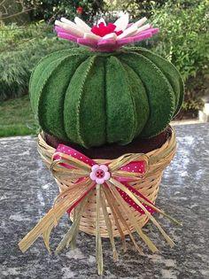 Cactus cuscino della suocera con fiore rosa e bianco, by FANTASY WORK, 21,00 € su misshobby.com
