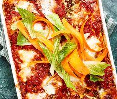 En mustig vegolasagne som sprider goda dofter. Lasagneplattorna varvas med gröna linser, cream cheese, tunna skivor zucchini och en tomatsås som piffas till av den basilikadoftande peston.
