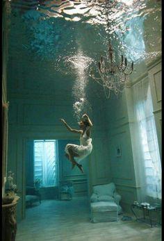 No corta el mar, ni vuela... Ni siquiera es un velero bergantín, ni la escribió Espronceda... Ella flota en el agua como un caballito de mar... Ella flota en el aire como una pluma... A ella la esc...