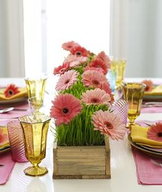 Floral table runner tutorial featuring wheatgrass and Gerbera daisies Daisy Centerpieces, Grass Centerpiece, Easter Centerpiece, Centerpiece Ideas, Gerber Daisies, Deco Floral, Festa Party, Spring Party, Spring Wedding