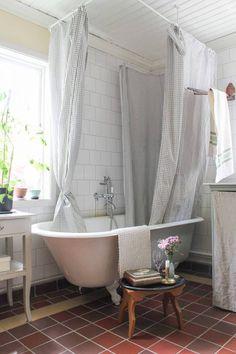 Skydda väggar och golv genom att ducha i badkaret