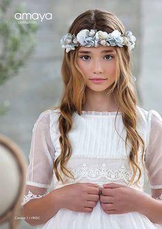 Girls White Dress, Little Girl Dresses, Girls Dresses, Flower Girl Dresses, Communion Solennelle, Holy Communion Dresses, Communion Hairstyles, Baby Hair Accessories, Bridal Hair And Makeup