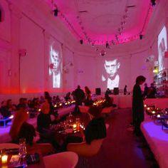 """Le Supperclub Un lieu compétement fou et atypique où vous serez plongés dans un univers à la """"Eyes wide shot"""". Vous mangerez pieds nus sur des beds et votre repas sera ponctué par des shows d'artistes décalés. Vous pourrez aussi profiter d'un massage si vous le souhaitez (un peu spécial de se faire masser devant tout le monde...). Après le repas, le lieu se transforme en club électro où tout le gratin d'Amsterdam se retrouve pour danser jusqu'au bout de la nuit…"""