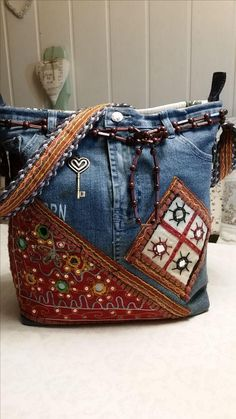 Best Sewing Jeans Bag Pockets Ideas – Purses And Handbags Diy Diy Purse With Pockets, Sewing Jeans, Sewing Diy, Denim Bag Patterns, Blue Jean Purses, Estilo Hippie, Denim Handbags, Denim Purse, Denim Crafts