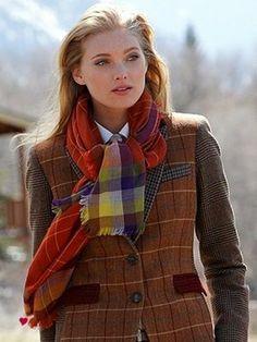 British style Fashion, Tweet Blazer in den Farben des Herbstes mit Wollschal in Hart an.