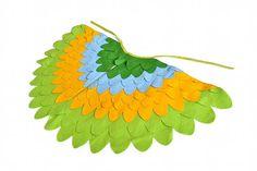 Un ensemble de robe d'ailes de costume pour enfants qui peut être utilisé pour le carnaval ou Halloween ou tout simplement pour voler autour de chez vous. Les deux tons de vert compliment feutre couleur jaune et bleu uns que les autres. J'ai utilisé l'oiseau ailes sont taillés à la main
