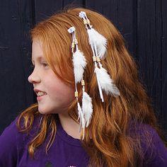 Door meiden wordt vaak een haarlok in het haar gedragen of deze mooie klemmetjes met veren eraan. De haarklemmetjes met veren zijn ook in roze, blauw of bruin verkrijgbaar.