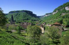Reculée, abbaye et village de Baume-les-Messieurs | Plus Beaux Villages de France | Jura | France | Crédit photo : Stéphane Godin/Jura Tourisme | #JuraTourisme #Jura
