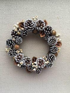 思わず食べたくなる、お菓子のようなかわいい木の実たちをギュッと詰め込んだリースです♪松ぼっくり、クルミ、ドングリ、ナンキンハゼの実を使用しています♪ リースも... ハンドメイド、手作り、手仕事品の通販・販売・購入ならCreema。 Christmas Home, Christmas Crafts, Christmas Decorations, Shell Art, Nature Crafts, Pine Cones, Dried Flowers, Diy Gifts, Fall Decor