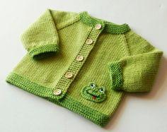 Chaqueta de rana rana suéter rana cárdigan para bebé bebé rana verde verde suéter ropa suéter hecho punto bebé ropa hecha a la orden Baby Sweater Patterns, Knit Baby Sweaters, Baby Knitting Patterns, Baby Patterns, Baby Boy Knitting, Knitting For Kids, Hand Knitting, Elephant Sweater, Baby Cardigan