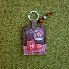 Llavero Miss MALOYA de la colección Good Friends. Totalmente hecho a mano, de tela de algodón, pana y lino. Con cuentas de plástico, cordón de cuero, lazo y un botón de tela de Miss Maloya. Anilla metálica de 3,2 cm. para colgar las llaves. Medidas: 15 cm aprox. Color: Varios (naranja, marrón, verde)