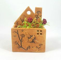 Succulent Display Ideas Texture New Ideas Clay Houses, Ceramic Houses, First Apartment Gift, Garden Front Of House, Succulent Display, Cute Little Houses, Pottery Houses, Succulents Diy, Succulent Planters
