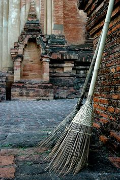 Plaited twill basket weaving technique - nice touch to handmade broom Brooms And Brushes, Bali, Which Witch, Witch Cottage, Witch Broom, Season Of The Witch, Practical Magic, Magick, Witchcraft