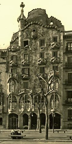 Casa Batllo. El Sr. Batlló, rico hombre de negocios que poseía diversas fábricas textiles en Barcelona, compró el edificio por 510 000 pesetas, con la primera intención de derribarlo y construir uno nuevo, aunque luego se conformó con reformarlo, y mientras él se reservó la planta principal el resto lo explotó en régimen de alquiler, como era habitual en las casas burguesas de la época. También entregó algunos pisos a sus hijos según se iban casando.